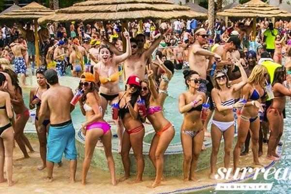 """Mỹ: Las Vegas - """"Kinh đô giải trí"""" bùng nổ cảnh tiệc tùng hồ bơi bikini, rực rỡ sắc màu"""