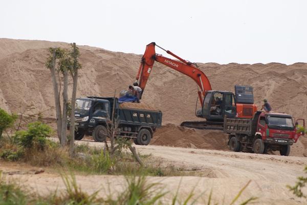 """Đắk Lắk: Bãi cát trái phép khổng lồ tồn tại gần 2 năm, chính quyền không quản hết vì """"bận đi họp"""""""