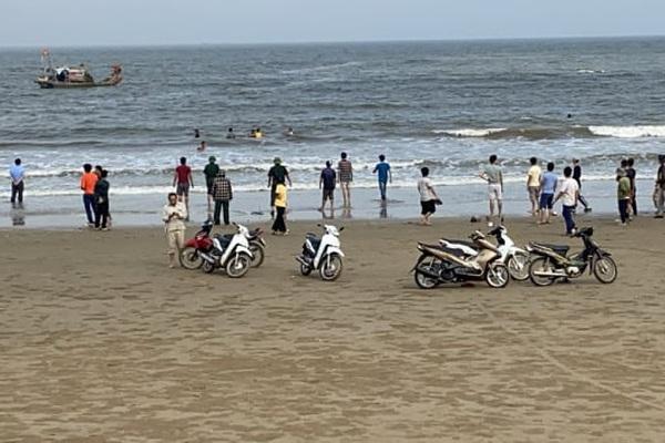 Thanh Hóa: 8 học sinh ra biển tắm, 4 em mất tích