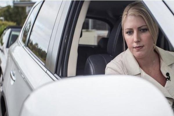 """Lùi xe vào """"chuồng"""", tưởng dễ mà khó đặc biệt với tài xế nữ"""