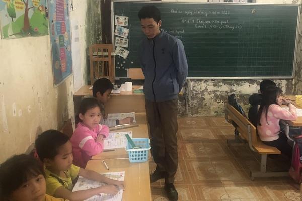 Lạng Sơn: Học sinh điểm trường Pò Hén ngồi như nêm cối vì thiếu phòng học