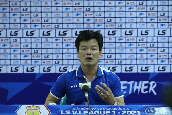 """Thua đau HAGL, HLV Nam Định bảo """"tiên trách kỷ""""..."""
