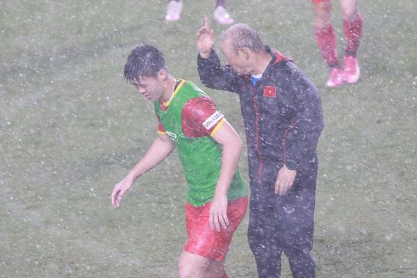 """ĐT Việt Nam """"luyện công"""" trong trời mưa tầm tã"""