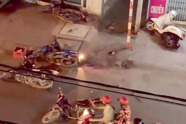 NÓNG: Hai nhóm mang hung khí, bom xăng hỗn chiến, một thanh niên bị đâm nguy kịch
