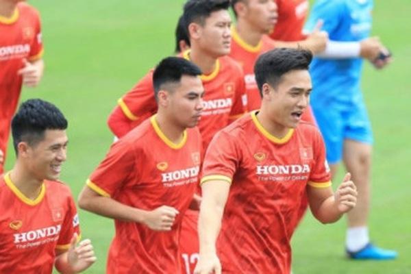 """Trung vệ 22 tuổi cao 1m85 khiến HLV Park Hang-seo... """"đau đầu"""""""