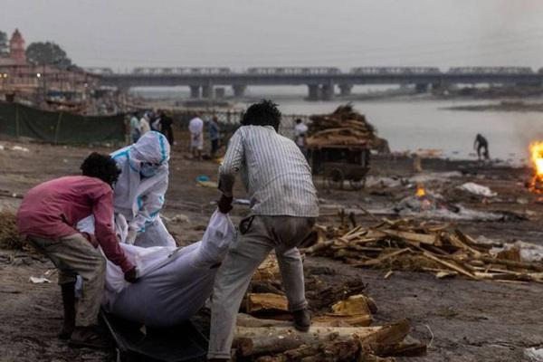 Thi thể trôi dọc sông Hằng, gần 4.000 người chết vì COVID-19 tại Ấn Độ