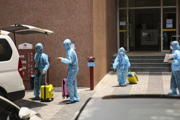 Ảnh: Xe cấp cứu đưa các ca nghi mắc Covid-19 tại chung cư Hồ Gươm Plaza và CT7 Booyoung đi cách ly