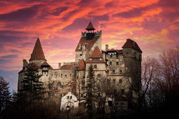 """Romania: Đến thăm Lâu đài """"ma cà rồng"""" khách du lịch bất ngờ được nhận điều này"""