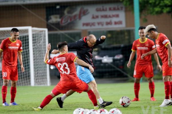 """HLV Park Hang-seo """"làm xiếc"""" với bóng khiến học trò ngỡ ngàng!"""