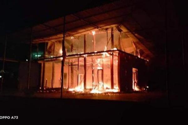 Video: Ngôi nhà sàn 3 gian đổ sụp xuống vì cháy dữ dội trong đêm ở Nghệ An