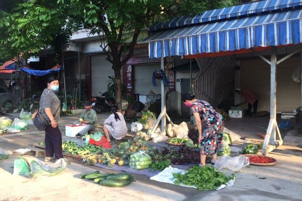 Hà Nội: Chợ cóc, chợ tạm ở khu vực giáp ranh 3 phường ở quận Đống Đa vẫn hoạt động trong dịch Covid-19