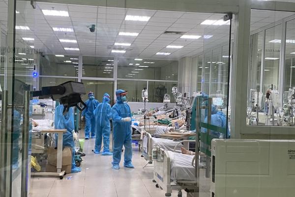Clip: Nửa đêm cấp cứu bệnh nhân Covid-19 nặng tại BV Bệnh Nhiệt đới T.Ư cơ sở 2