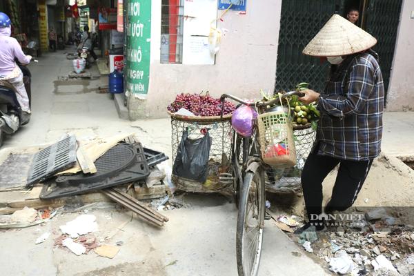 """Hà Nội: Nắp cống lộ thiên ở đường Trần Quốc Vượng (Cầu Giấy) như """"bẫy"""" người đi đường"""