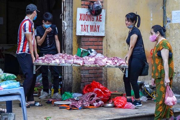 Tiểu thương chạy toán loạn khi lực lượng chức năng đi xử lý họp chợ tạm, chợ cóc
