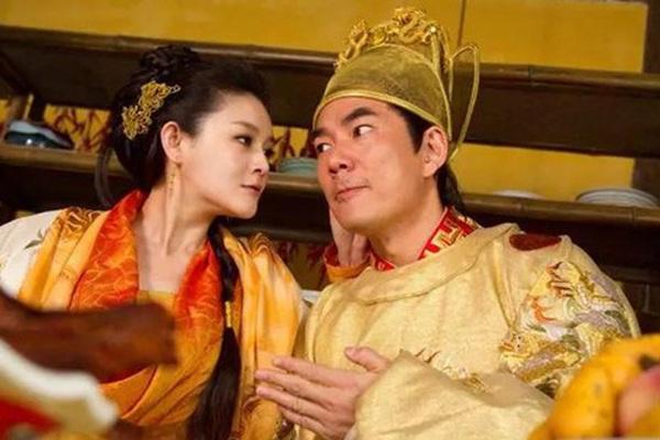 Cha mẹ bận yêu không dạy con làm vua, hoàng đế ăn chơi trác táng rồi chết lãng xẹt