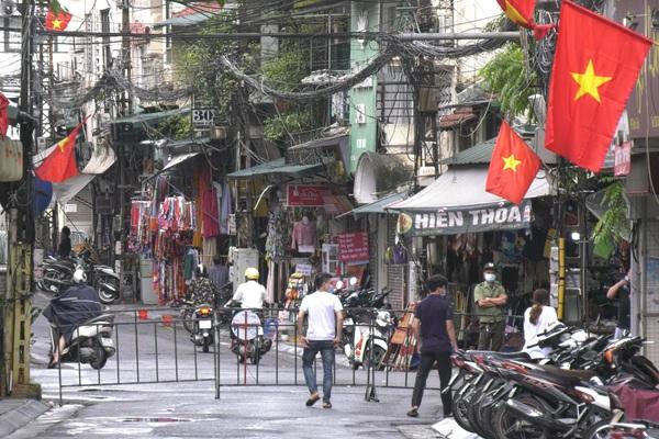 Hà Nội: Cận cảnh phong tỏa 1 đoạn phố Đinh Liệt và nhiều điểm đến của ca dương tính SARS-CoV-2 trú tại Đà Nẵng