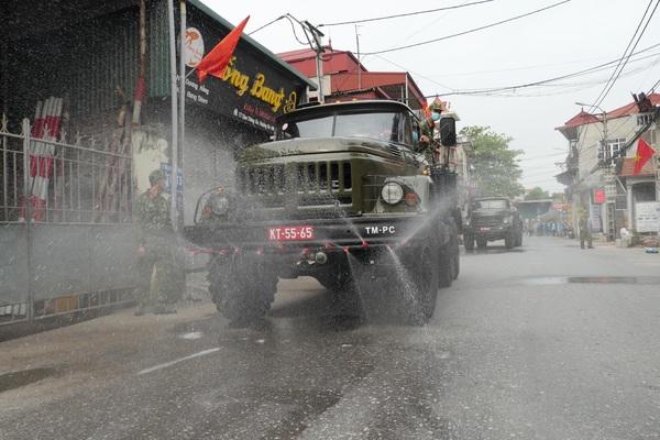 Ảnh: Liên tục ra quân, Bộ Tư lệnh Thủ đô tiếp tục phun khử khuẩn xã Tô Hiệu, Thường Tín, Hà Nội