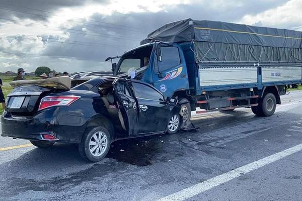 """Thông tin """"nóng"""" mới nhất về vụ ô tô con tông trực diện xe tải, 3 người tử vong"""
