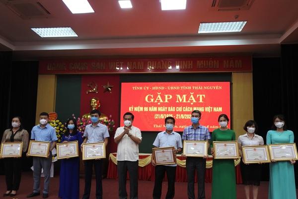 Chủ tịch tỉnh Thái Nguyên tặng bằng khen cho phóng viên báo Dân Việt