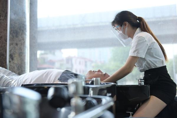 Người dân tấp nập đi cắt tóc gội đầu ngay trong sáng đầu tiên Hà Nội nới lỏng giãn cách