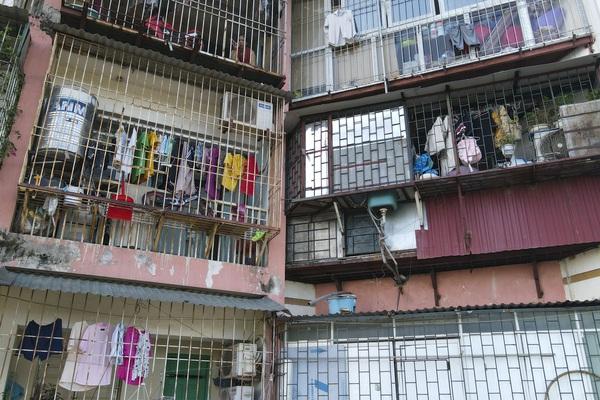 """Hà Nội: Phát sợ với những """"chuồng cọp"""" khổng lồ lủng lẳng ở những chung cư cao tầng"""