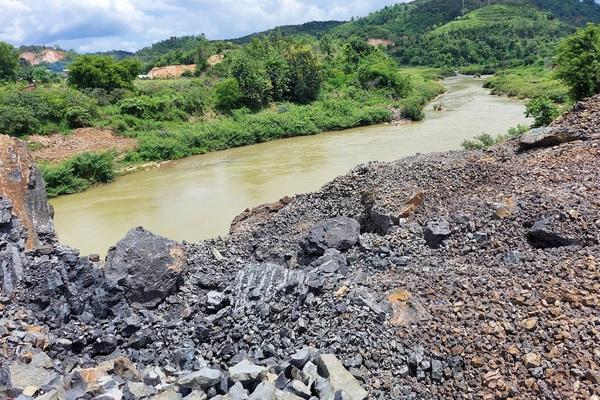 Mỏ đá nổ mìn, đá đổ xuống sông, lấn dòng chảy sông lớn nhất Đắk Lắk