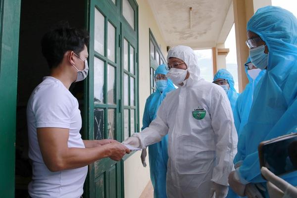 Chủ tịch tỉnh Quảng Nam Lê Trí Thanh tới khu cách ly động viên dân trở về từ vùng dịch Covid-19 phía Nam