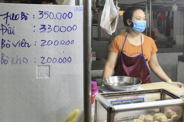 TP.HCM: Tiểu thương chợ đồng loạt treo bảng niêm yết giá như siêu thị