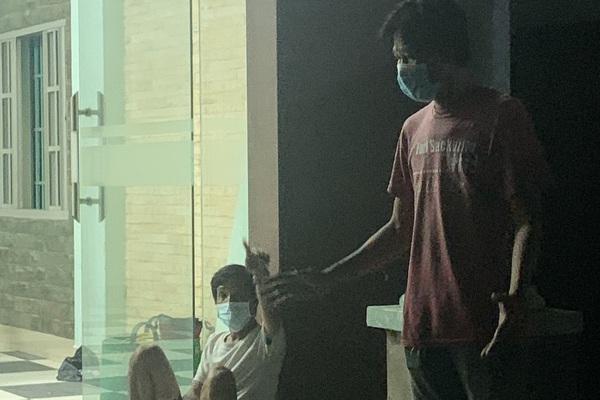 Cà Mau: 4 người tổ chức nhậu, đóng cửa cố thủ trong nhà khi bị kiểm tra