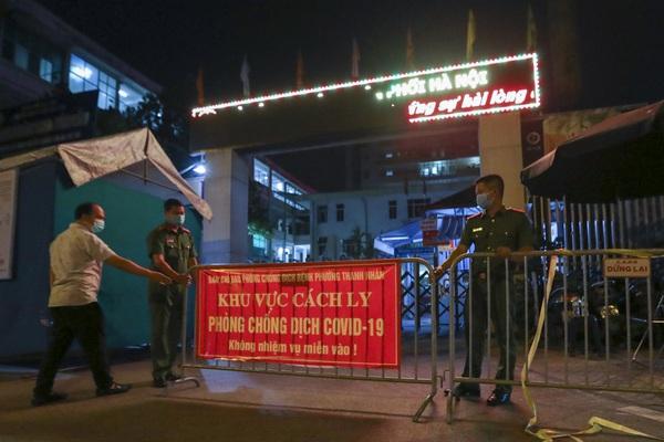 Phong tỏa, dựng lều bạt dã chiến trong đêm tại Bệnh viện Phổi Hà Nội