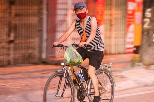 Treo bó rau đạp xe qua Hồ Tây, nhiều người có thể bị xử phạt 2 triệu đồng nếu phạm lỗi này