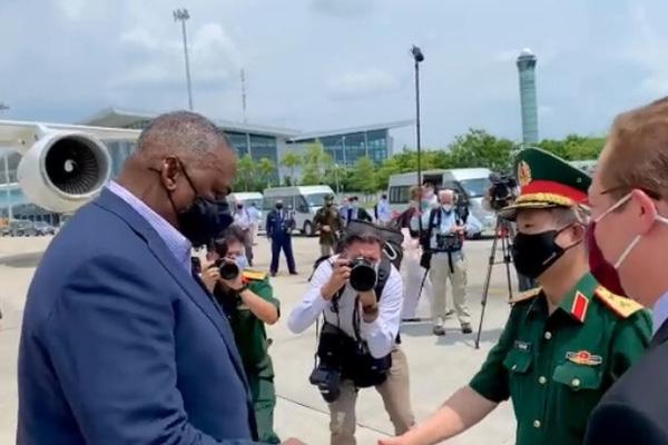 Bộ trưởng Quốc phòng Mỹ tới Hà Nội, bắt đầu thăm chính thức Việt Nam