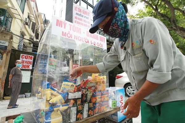 Ấm lòng tủ mì tôm, nước lọc miễn phí cho người khó khăn bên hè phố Hà Nội
