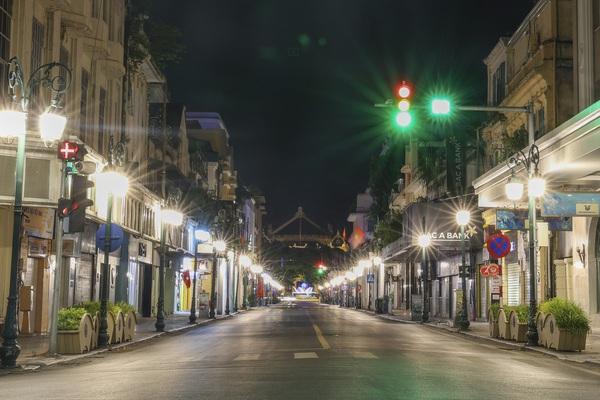 Góc nhìn về một Hà Nội về đêm vắng lặng đến kỳ lạ khi giãn cách