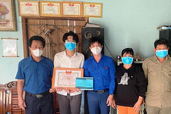 Khánh Hòa: Nam sinh thủ khoa có hoàn cảnh khó khăn được hỗ trợ học phí