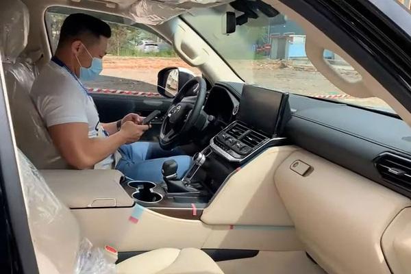 Trải nghiệm thực tế Toyota Land Cruiser 2022 phiên bản bán ở Việt Nam, có gì đặc biệt?