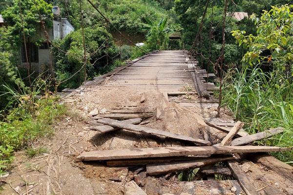 """Hà Giang: Cầu treo bằng gỗ mục nát, người dân bản vùng cao """"kêu cứu"""""""