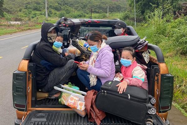 Đắk Nông: 2 vợ chồng trẻ hoảng loạn khi bị hỏng xe giữa đêm mưa được tặng xe máy mới về quê