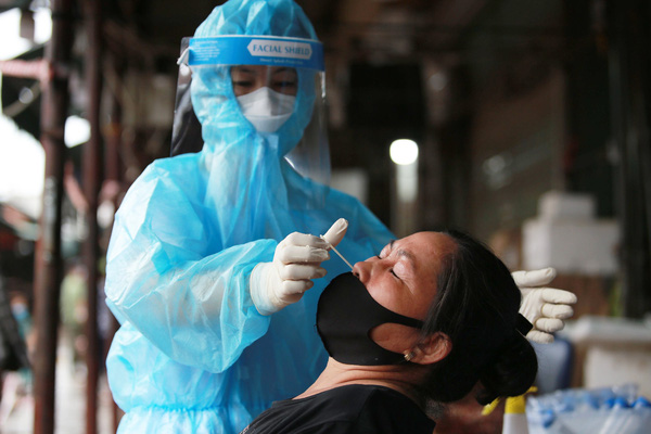 Hà Nội: Người phụ nữ bán tôm cá lấy hàng ở chợ Long Biên, Tam Hiệp dương tính SARS-CoV-2