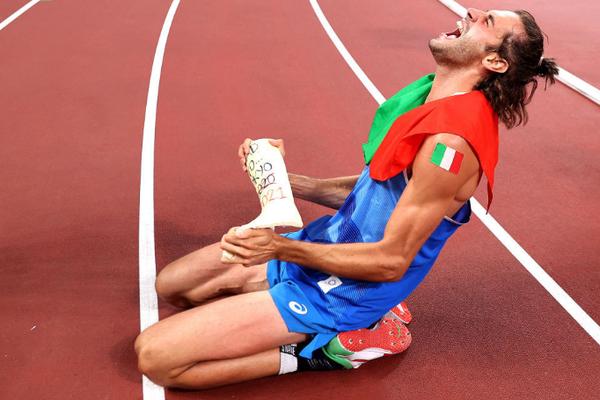 Vì sao VĐV nhảy cao Italia lại ôm nẹp chân ăn mừng khi giành HCV Olympic 2020?