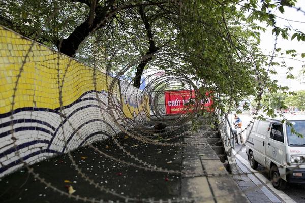 Ảnh: Lập hàng rào dây thép gai để ngăn người dân vi phạm tại khu vực phong tỏa