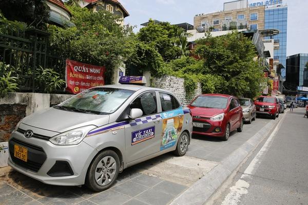 Hàng loạt ô tô chiếm dụng vỉa hè hồ Tây trong những ngày giãn cách xã hội