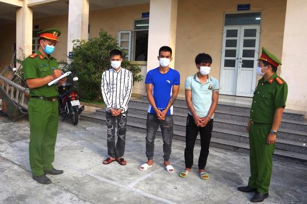 Hà Nam: 3 thanh niên túc trực ở cây ATM, chờ người dân rút tiền rồi cướp