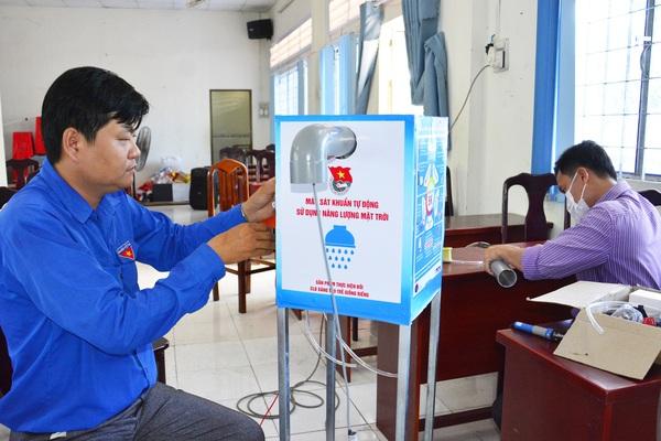 Kiên Giang: Thanh niên chế tạo máy sát khuẩn sử dụng năng lượng mặt trời, tặng miễn phí