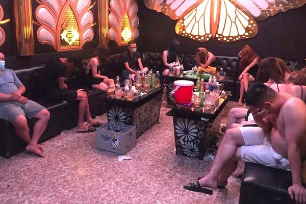 Hà Nam: 7 nam, 7 nữ tụ tập hát karaoke giữa dịch Covid-19
