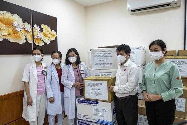 Nhiều cơ quan báo chí hỗ trợ trang thiết bị, vật phẩm y tế cho tuyến đầu chống dịch tại TP.HCM