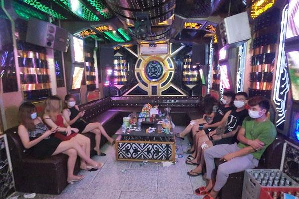 """Thái Nguyên: Quán karaoke đón 21 khách hát """"chui"""" giữa mùa dịch"""