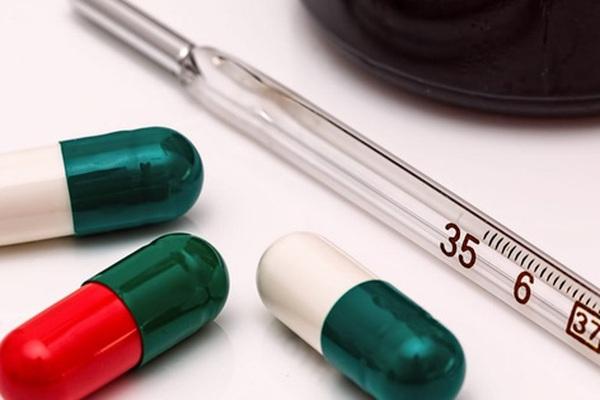 Uống thuốc hạ sốt đúng cách sau khi tiêm vaccine COVID-19