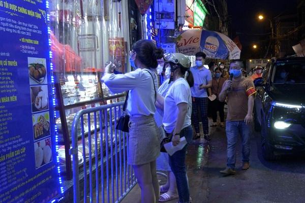 Hà Nội: Người dân xếp hàng dài mua bánh trung thu trong ngày nới lỏng giãn cách