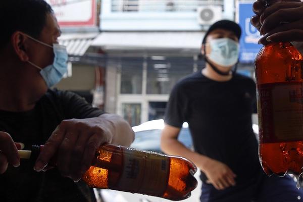 """""""Phố bia hơi"""" nhộn nhịp cảnh người mua mang về sau khi Hà Nội nới lỏng giãn cách"""